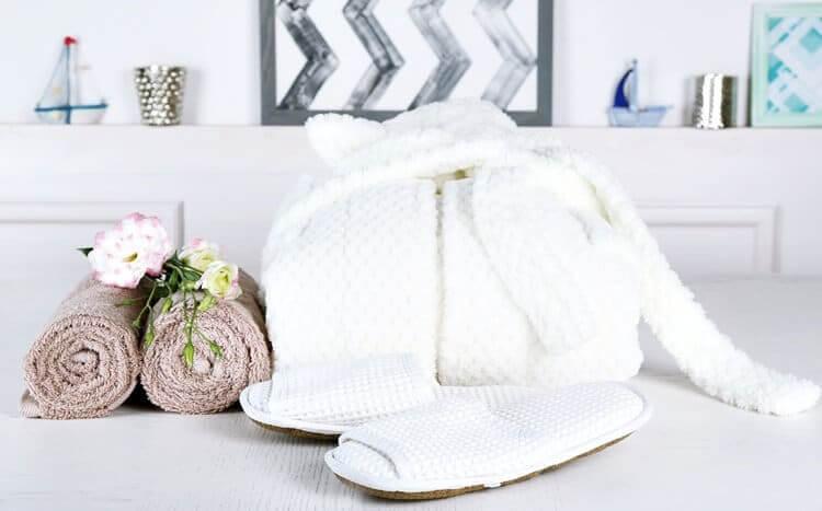 ręczniki, szlafrok ikapcie nastole domasażu wgabinecie spa