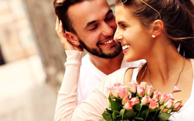 mężczyzna i kobieta obchodzą rocznicę ślubu