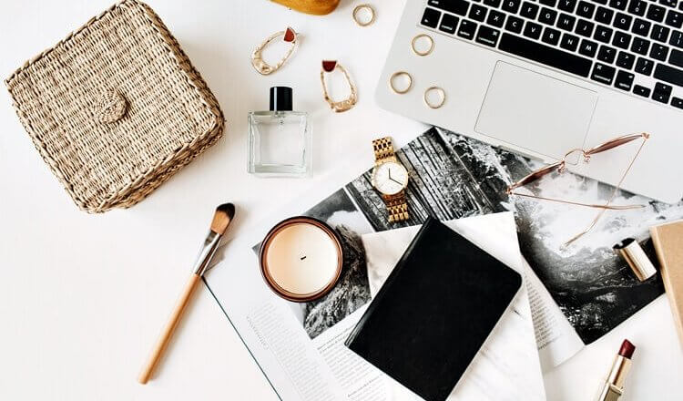 kobiecie miejsce pracy z laptopem widok z góry