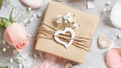 prezent na ślub lub rocznicę ślubu, płatki róż, serduszka