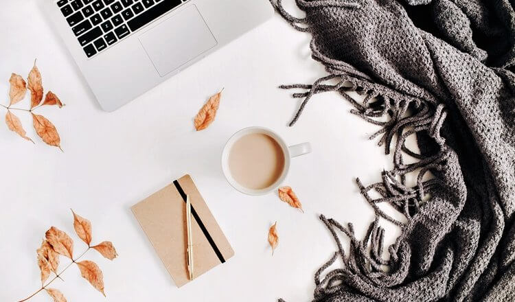 laptop, kawa, notes, szal i jesienne liście widok z góry