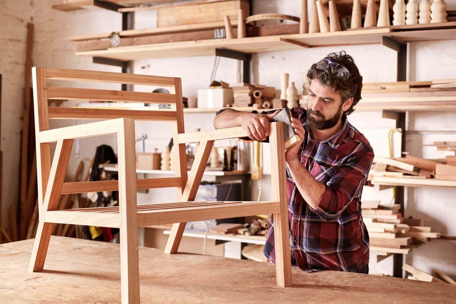 kurs stolarski, mężczyzna wykonuje drewniane krzesło