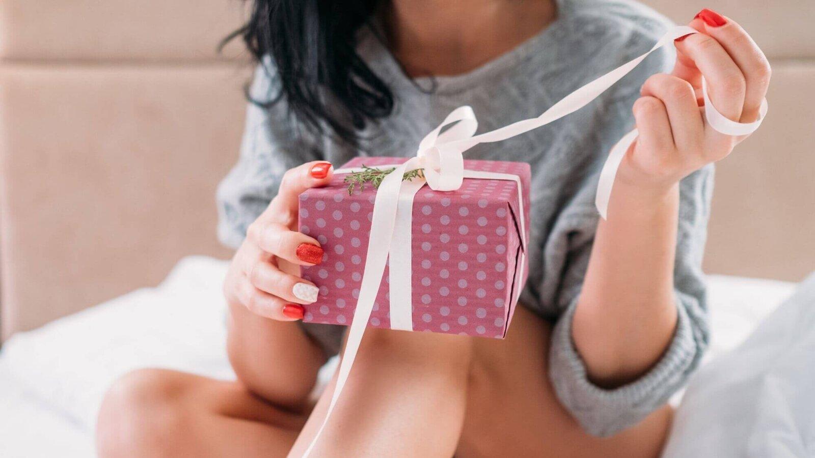 dziewczyna odpakowuje prezent