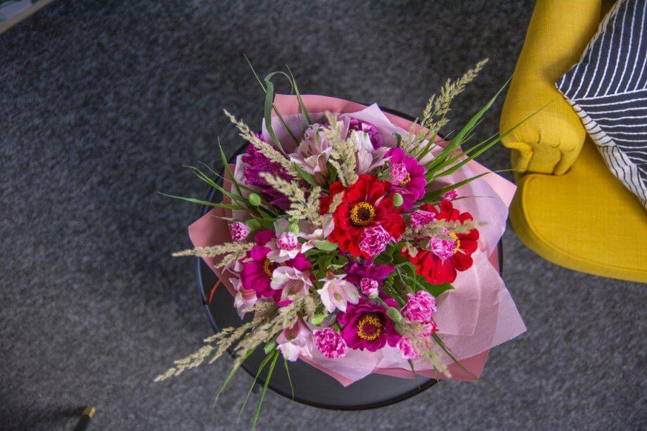bukiet różowych kwiatów widok zgóry