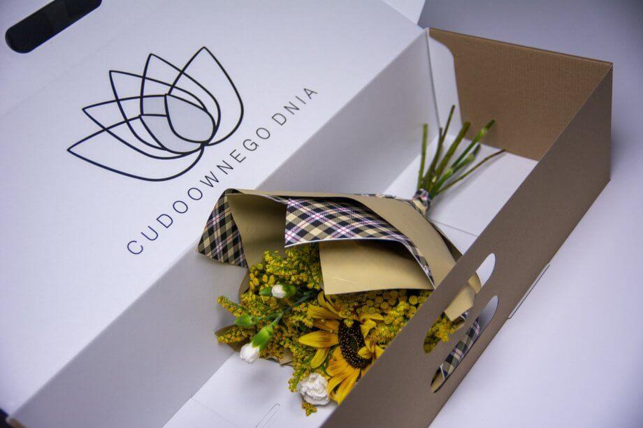 bukiet kwiatów wozdobnym pudełku