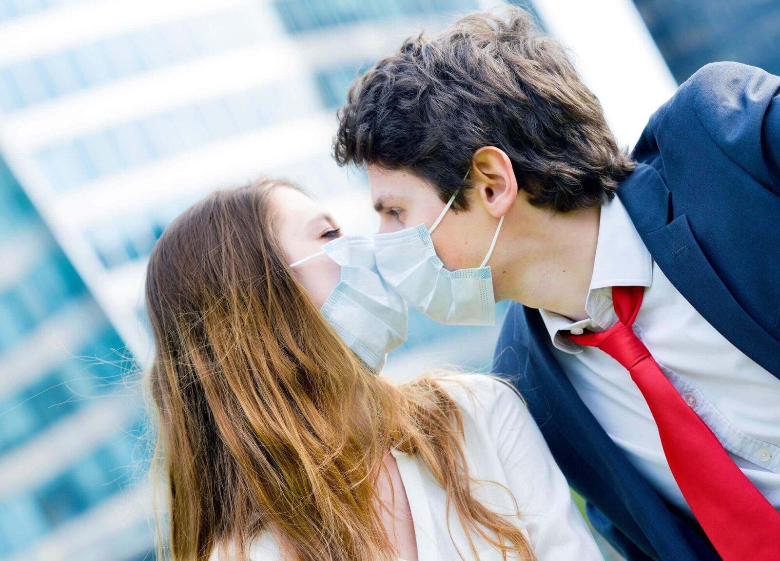 ludzie w maskach w czasie epidemii koronawirusa