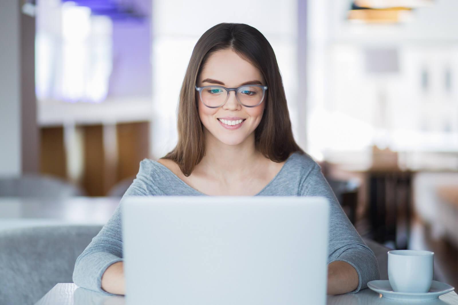 kobieta przed komputerem realizuje kurs online