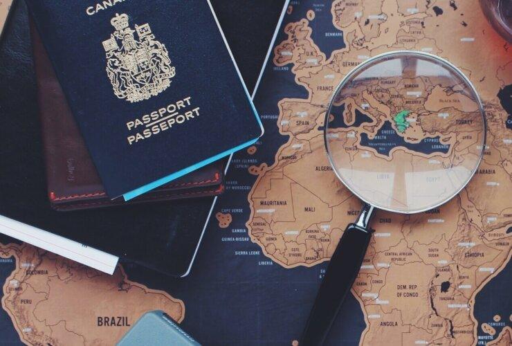 mapa, lupa i paszport widok z góry
