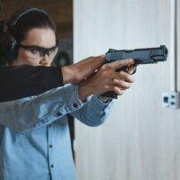 Kobieta podczas wizyty w strzelnicy