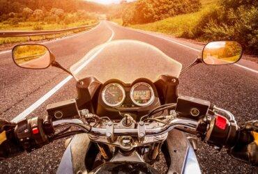 Widok z oczu motocyklisty przy zachodzie słońca