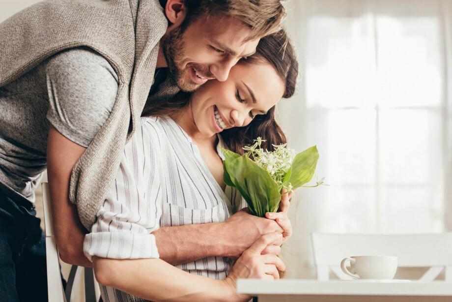 mąż składa życzenia narocznicę ślubu dla żony