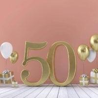 życzenia na 50 urodziny, prezenty i balony na różowym tle
