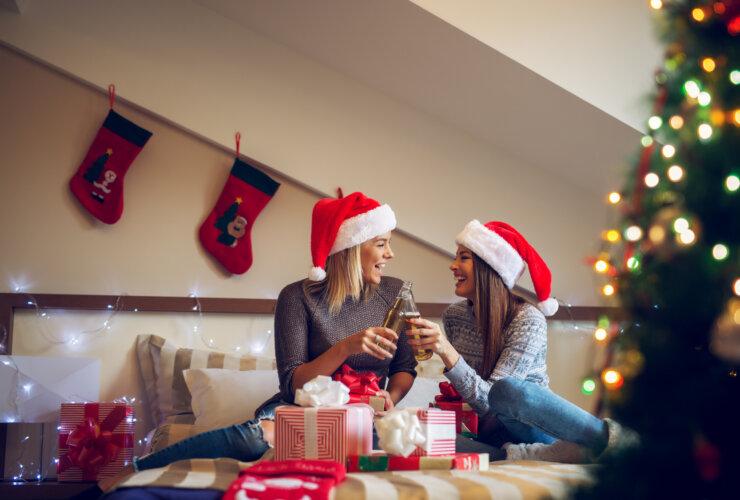 Dwie kobiety w pokoju z ozdobami świątecznymi