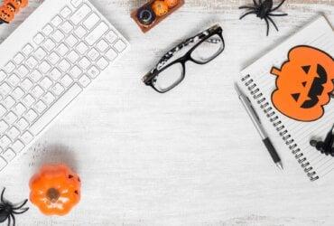 klawiatura komputera, okulary, notes halloween na białym tle