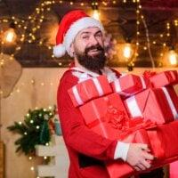 brodaty mężczyzna w stroju mikołaja z prezentami