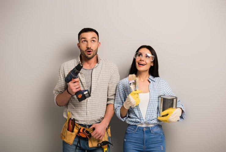 Kobieta oraz mężczyzna z narzędziami budowlanymi