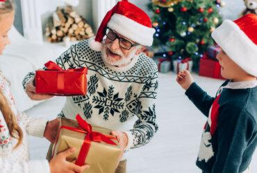 Dzieci wręczające prezenty dziadkowi
