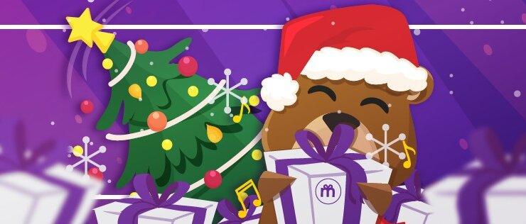 Miś w czapce Mikołaja trzymający prezent