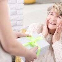 Kobieta wręczająca babci prezent