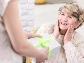 Kobieta wręczająca teściowej prezent