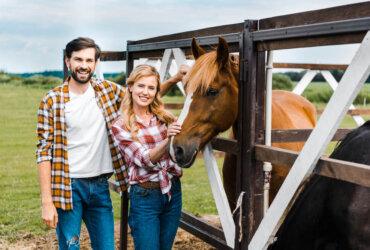Mężczyzna i kobieta przy koniu