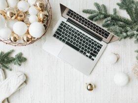 podsumowanie grudnia 2021, laptop i bombki widok z góry