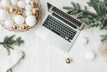 podsumowanie grudnia 2021, laptop ibombki widok zgóry