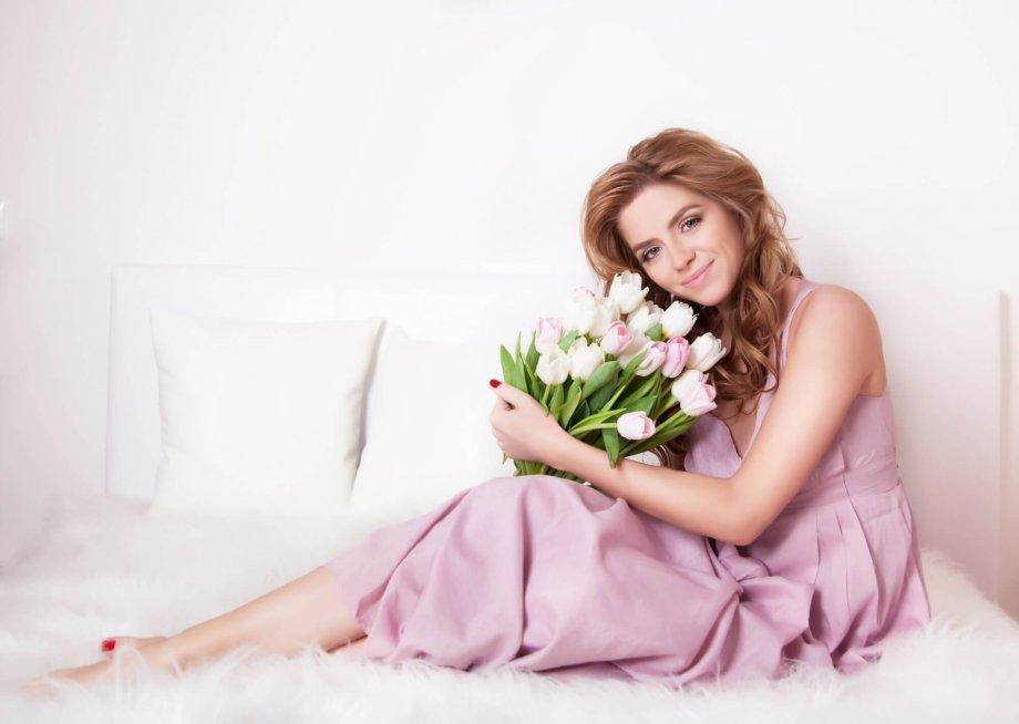 kobieta zbukietem kwiatów iżyczenia dla kobiet